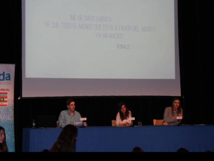 Más de 100 personas asisten al cine solidario de +Vida Zaragoza