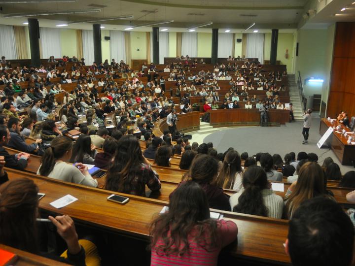 Más de 500 jóvenes asisten al testimonio de Marta Páramo en la Universidad Complutense